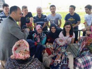 Başkan Özaltun, Karanfil Uzattığı Annelerin Gününü Kutladı