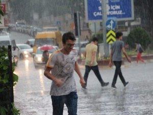 Aydın'da Aniden Gelen Yağış Hayatı Felç Etti