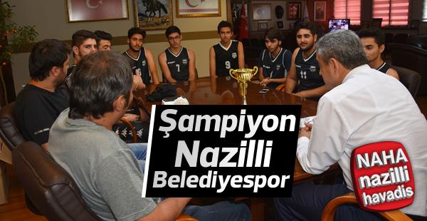 Şampiyonlar kupalarını Başkan Alıcık'a teslim ettiler