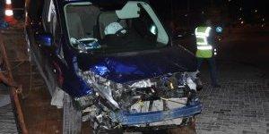 Devrilen otomobil, Didim Ticaret Odası'nın bahçe duvarını yıktı